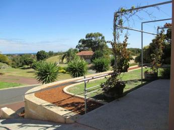 CLOSE TO THE BEACH AND PUBLIC OPEN SPACE - GARDENING INCLUDED