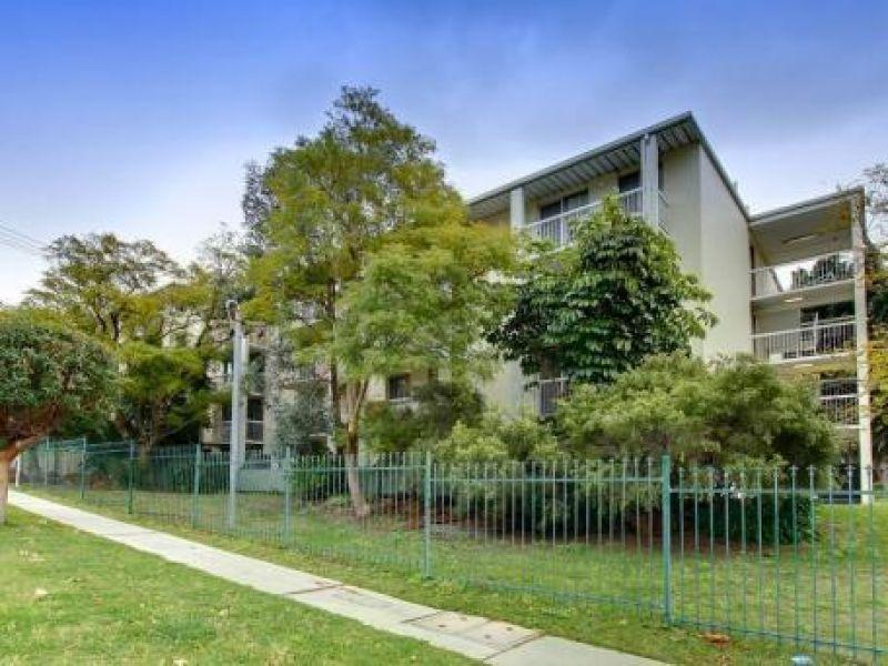 10 minutes from the City... Perfect for those commuting to the CBD