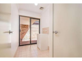 DELIGHTFUL EASY CARE 3 BEDROOM VILLA IN LOVELY LOCATION!   2 WEEKS FREE RENT WITH A 12 MONTH LEASE